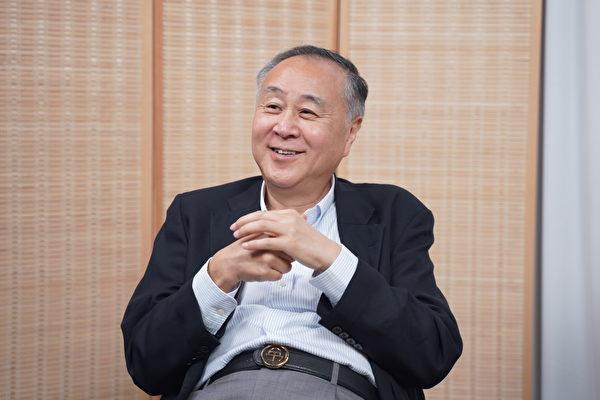 Elmer Yuen seated