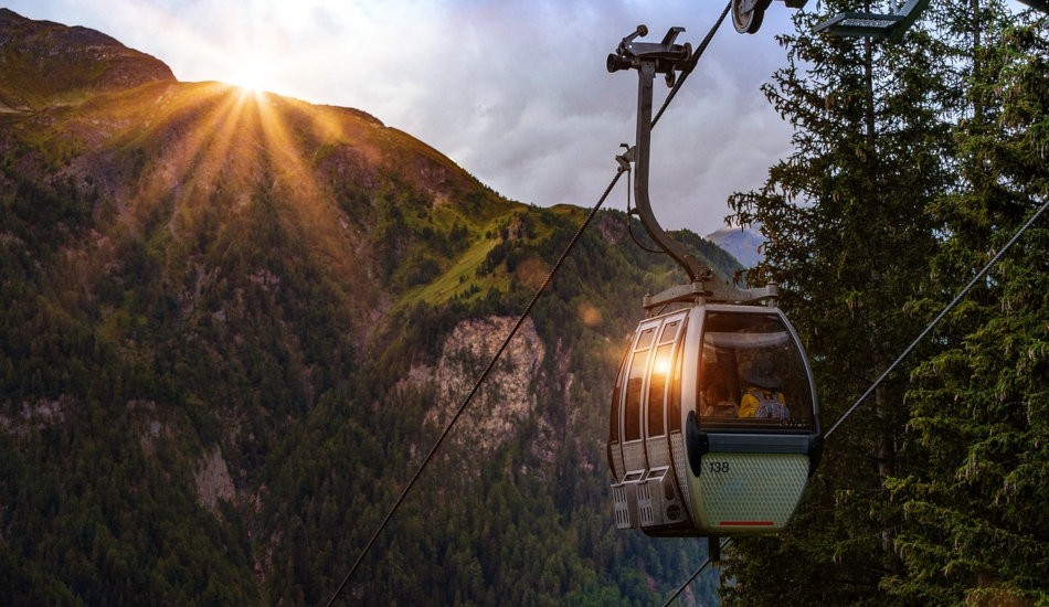 People who do not like climbing can take cable cars to get to the mountain summit. (Image via pixabay / CC0 1.0)