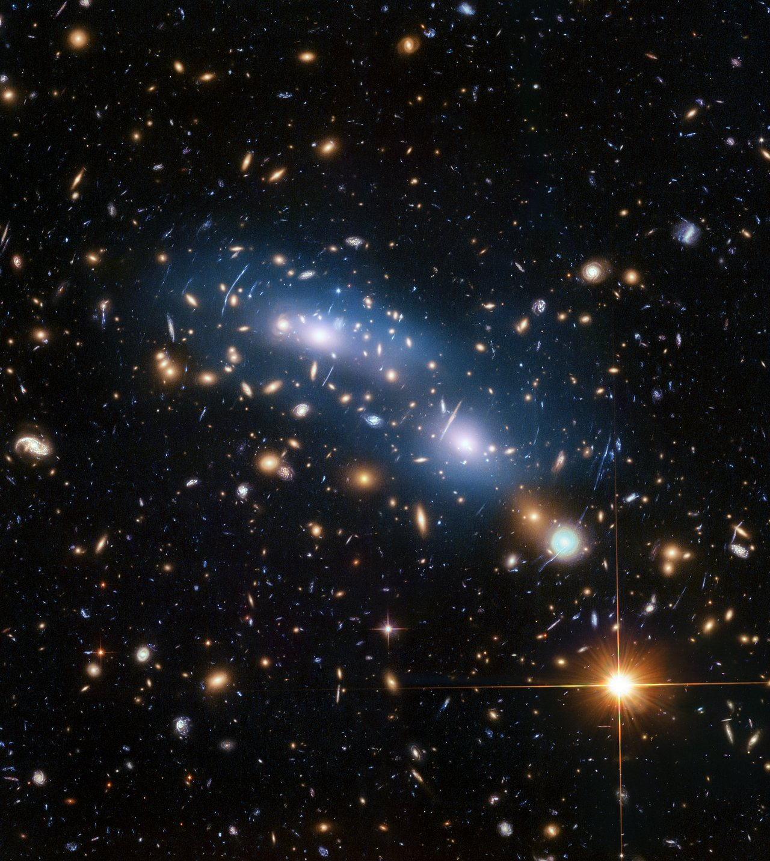 Galaxy Cluster MACSJ0416. (Image: Hubble Information Centre)