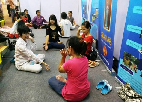 Falun Gong practitioners do the exercises in Thailand. (Image: Minghui)