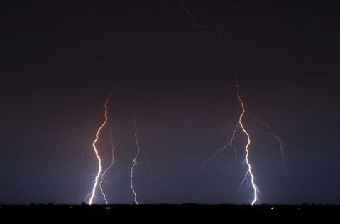 The lightning strokes light up the night sky with various shapes (Image by WANG Zhichao)