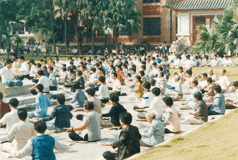 Falun Gong practitioners meditating in public in Guangzhou in 1998, before the Communist Party banned the spiritual group in 1999. Such sessions remain forbidden. (Image: Minghui.org)
