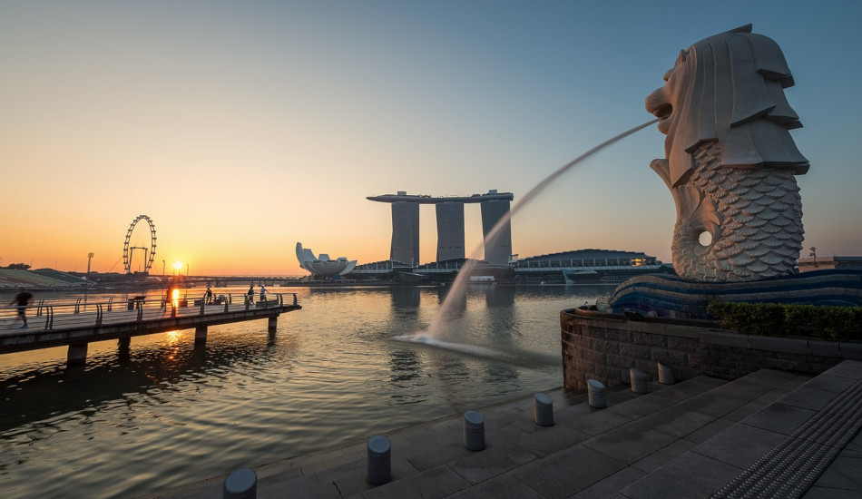 Fountain and sculpture of Singapore's Merlion.