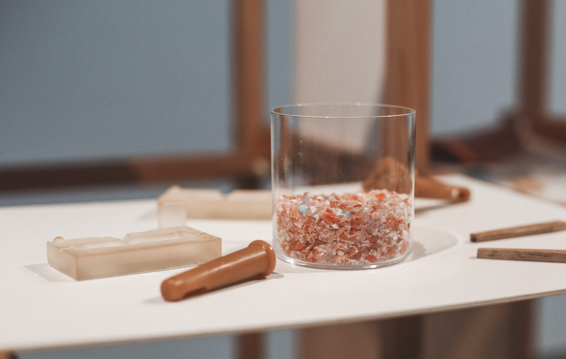Using plastic in architecture helps keep it out of the environment. (Image: Lara Pinho)