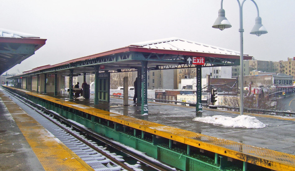 A photo looking south down the 4 line from the Burnside Avenue station.