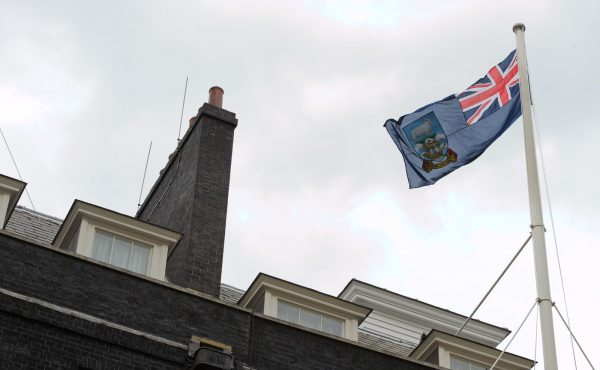 This image has an empty alt attribute; its file name is Falkland-Islands-flag-conflict-UK-Argentina-GettyImages-146329440-600x370.jpeg