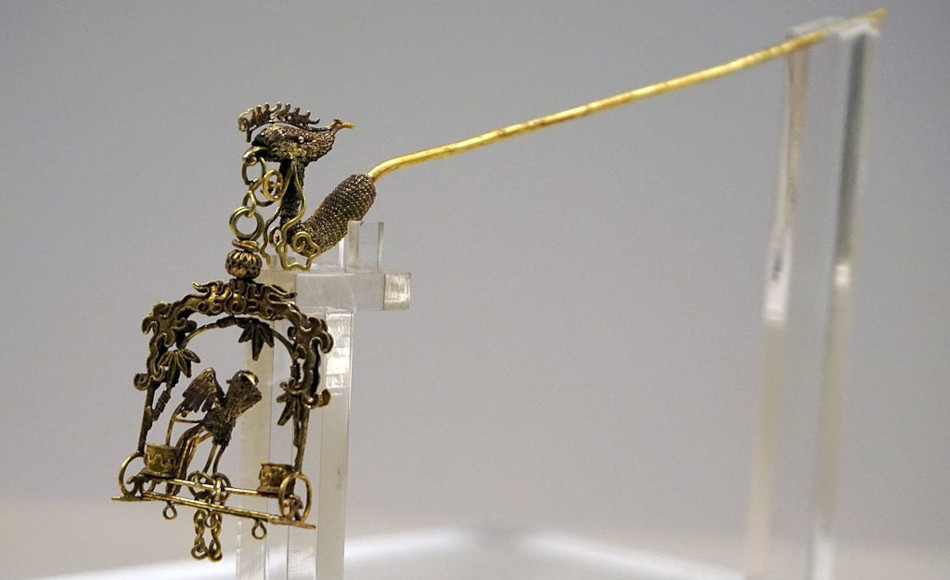 Ancient Chinese hair pin with dangling ornament.