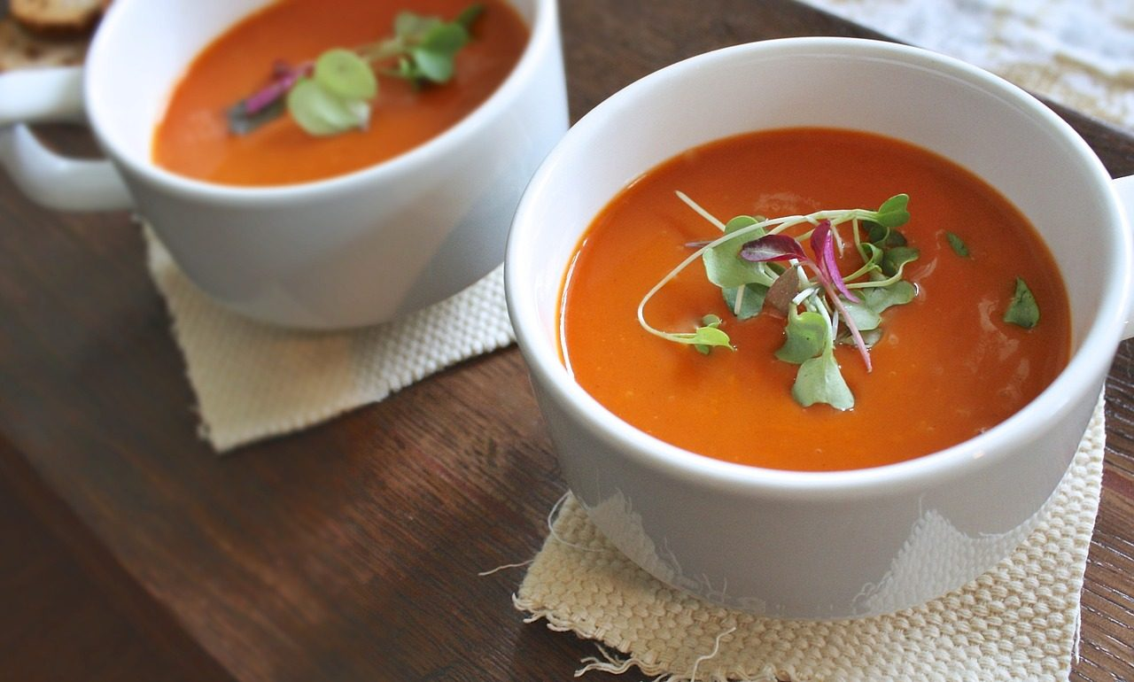 To help prevent the onset of heatstroke, boil one or two sliced tomatoes with a little salt or sugar to create a soup.
