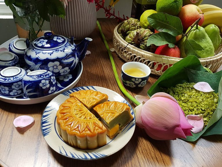 This image has an empty alt attribute; its file name is Mid_autumn_festival-1-768x576.jpg