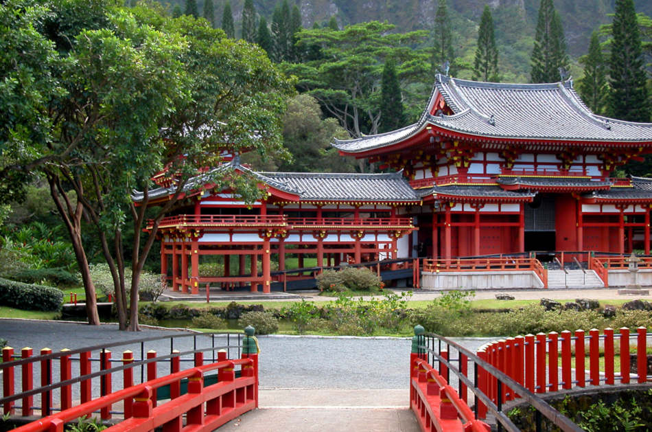 Byodo-In Buddhist Temple, located on Oahu s Windward side, sits amidst lush greenery and against a beautiful misty mountain backdrop.