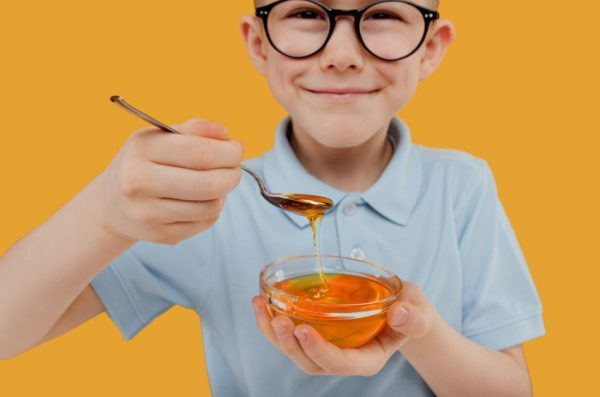 One of the health benefits of honey is that taking a spoonful before bed can ease tension and improve sleep at night.