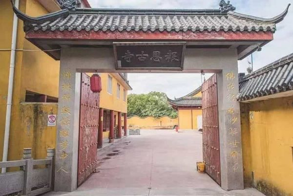 Eventually, Buddhist monk Zhi Xiang started caring for them at Bao'en Temple, where the collection of sick cats, stray dogs, and birds outgrew the limited space in the traditional monastery.